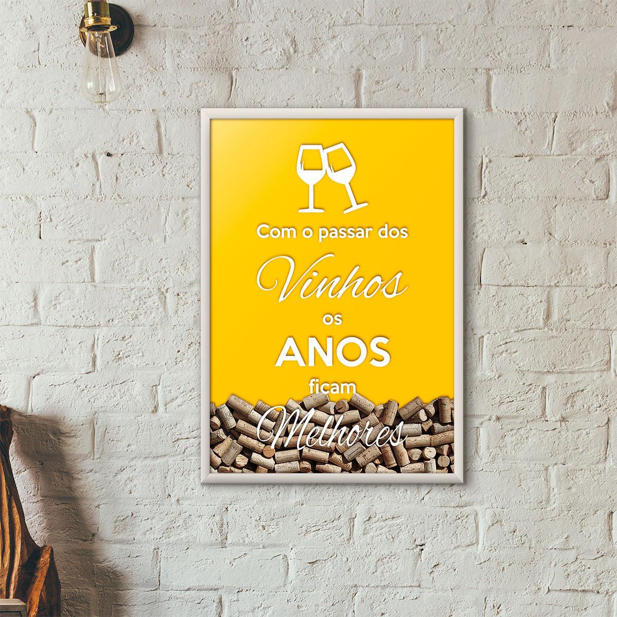 """Quadro Porta Rolhas de Vinho - """"Como o Passar dos Vinhos os Anos Ficam Melhores"""" (Moldura Branca) - Fundo Amarelo"""