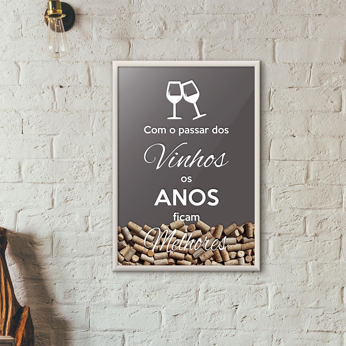 """Quadro Porta Rolhas de Vinho - """"Como o Passar dos Vinhos os Anos Ficam Melhores"""" (Moldura Branca) - Fundo Cinza"""