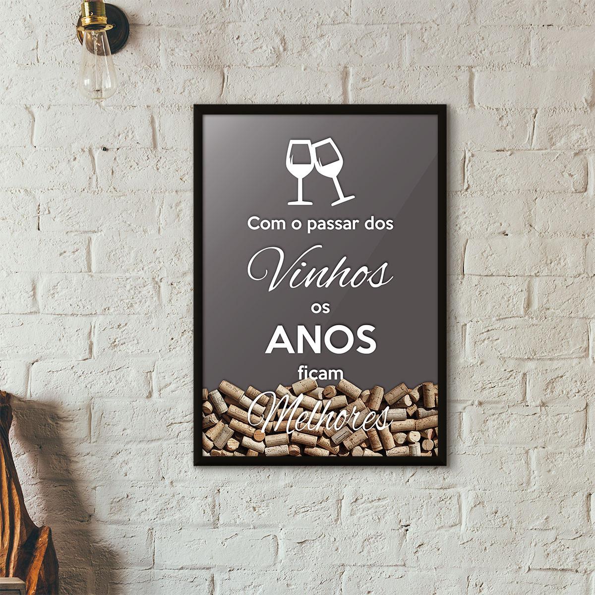 """Quadro Porta Rolhas de Vinho - """"Como o Passar dos Vinhos os Anos Ficam Melhores"""" (Moldura Preta) - Fundo Cinza"""