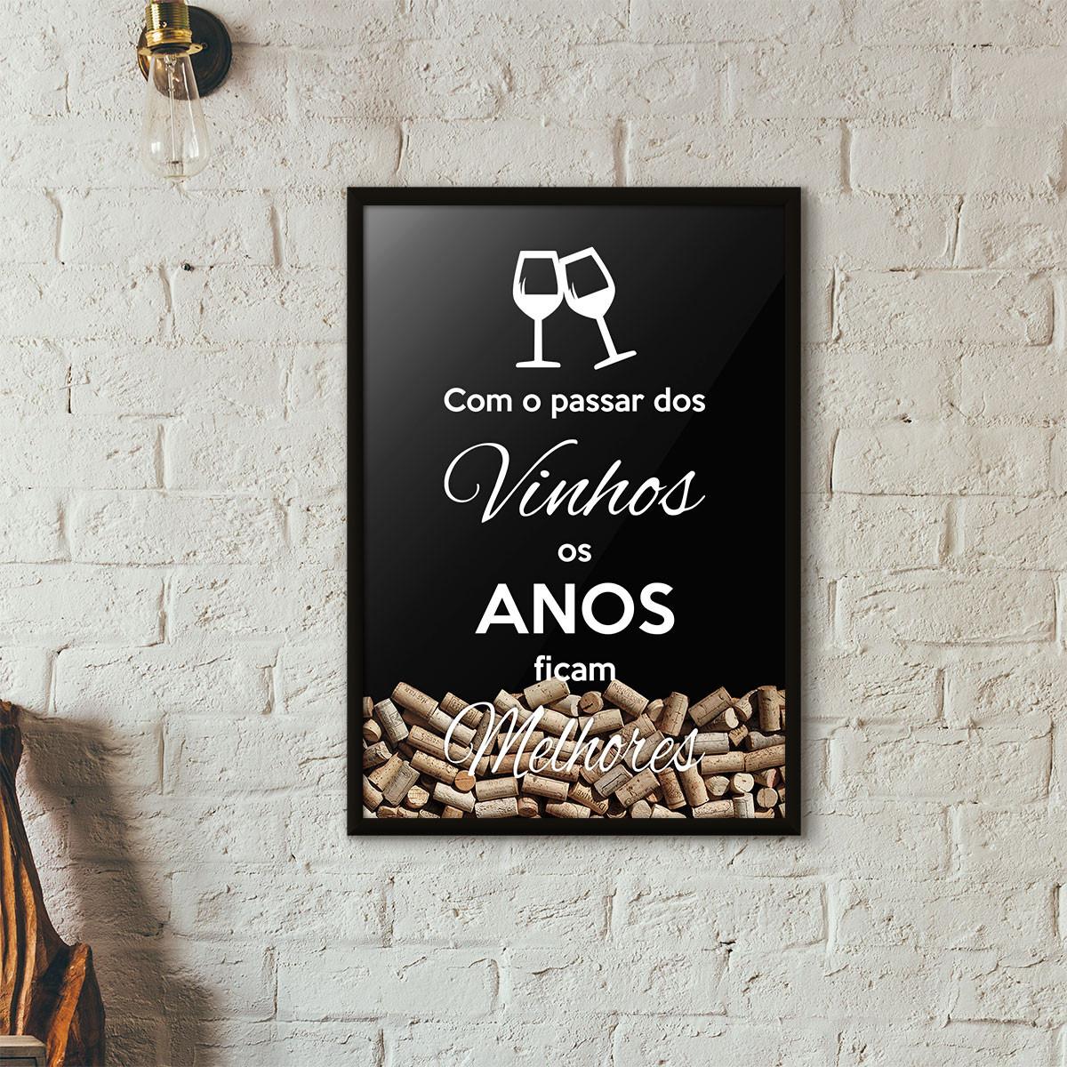 """Quadro Porta Rolhas de Vinho - """"Como o Passar dos Vinhos os Anos Ficam Melhores"""" (Moldura Preta) - Fundo Preto"""