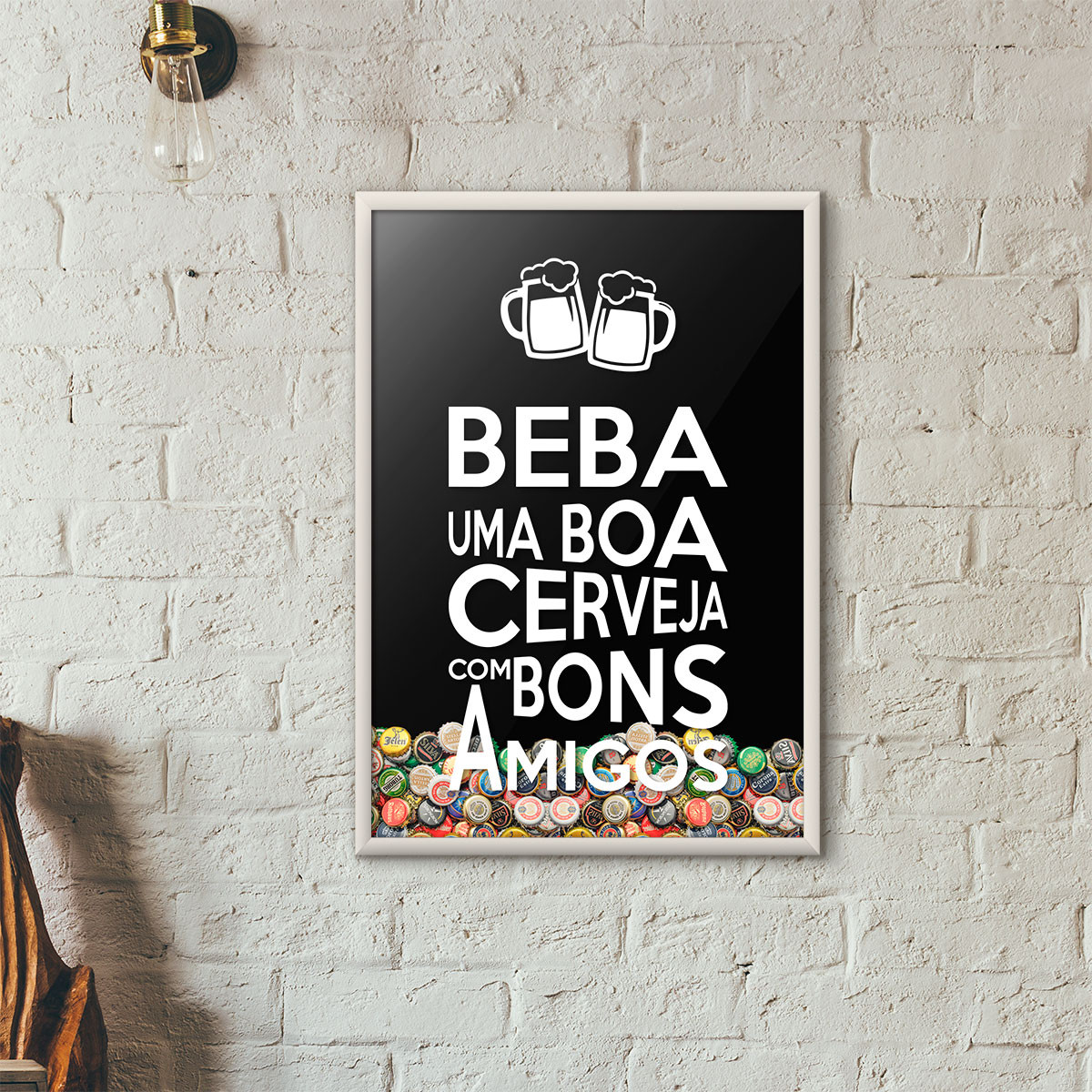 """Quadro Porta Tampinhas de Cerveja - """"Beba Uma Boa Cerveja Com Bons Amigos"""" (Moldura Branca) - Fundo Preto"""