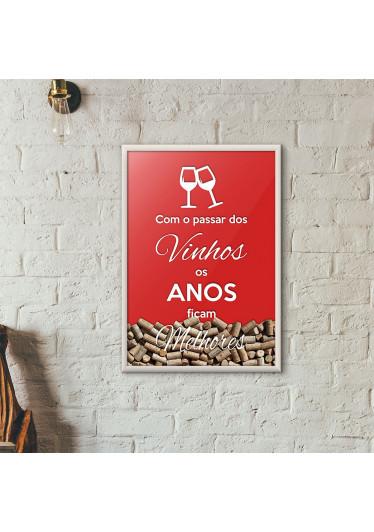 """Quadro Porta Rolhas de Vinho - """"Como o Passar dos Vinhos os Anos Ficam Melhores"""" (Moldura Branca) - Fundo Vermelho"""