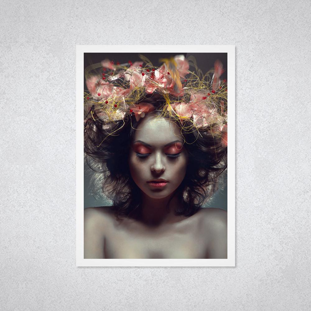 Quadro Decorativo com Moldura e Imagem de Mulher Cabelo Flores