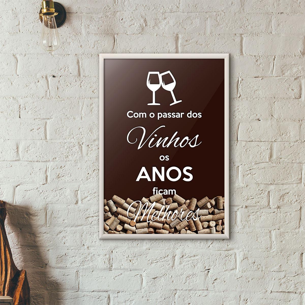 """Quadro Porta Rolhas de Vinho - """"Como o Passar dos Vinhos os Anos Ficam Melhores"""" (Moldura Branca) - Fundo Marrom"""