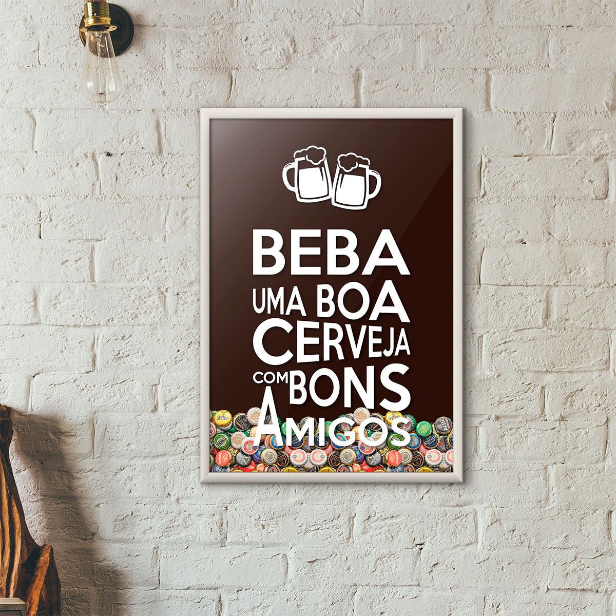 """Quadro Porta Tampinhas de Cerveja - """"Beba Uma Boa Cerveja Com Bons Amigos"""" (Moldura Branca) - Fundo Marrom"""