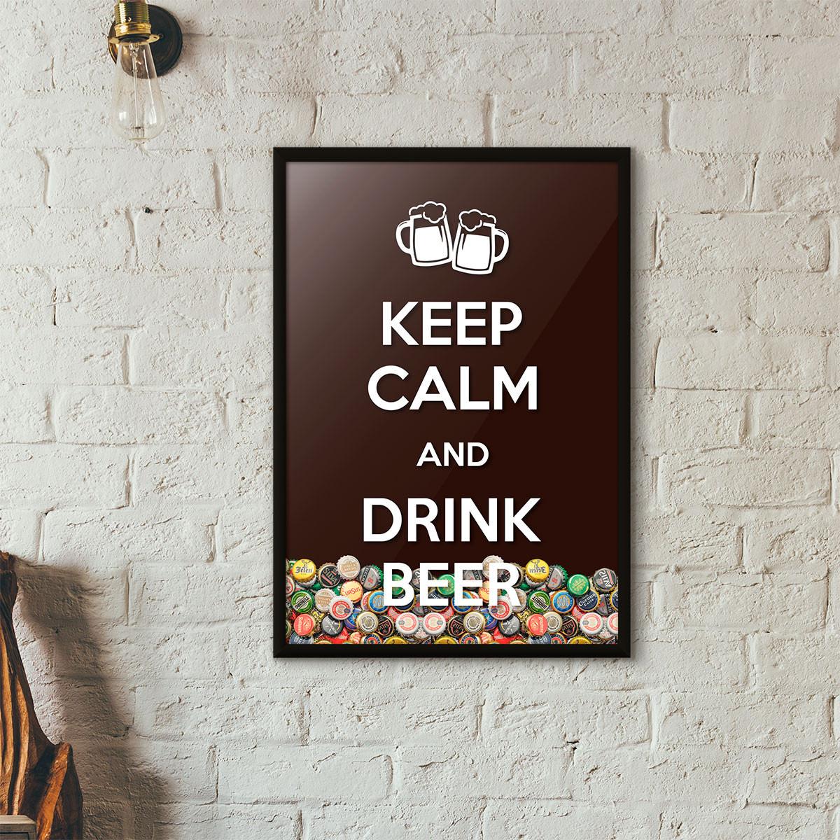 """Quadro Porta Tampinhas de Cerveja - """"Keep Calm And Drink Beer"""" (Moldura Preta) - Fundo Marrom"""