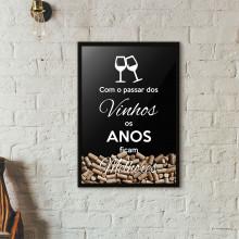 """Quadro Porta Rolhas de Vinho - """"Com o Passar dos Vinhos os Anos Ficam Melhores"""" (Moldura Preta)"""